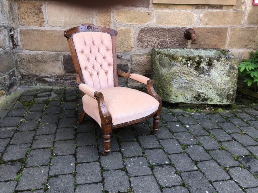 Sessel Viktorianisch um 1870/80 aus Nussbaum Neu gepolstert und bezogen  Breite 62 cm. Höhe 93 cm. Tiefe 80 cm.