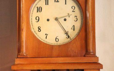 Standuhr Dänemark um 1830 aus Esche mit 8 Tage Uhrwerk